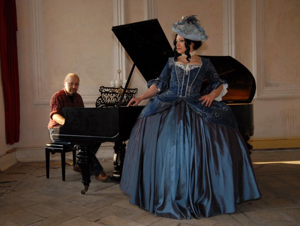 Foto- Shooting im historischen Schloss mit Dame im Barockkleid